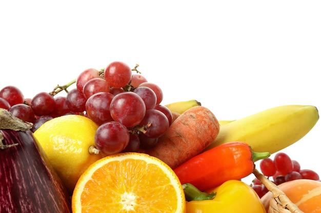 Verdure e frutta isolate su fondo bianco, primo piano