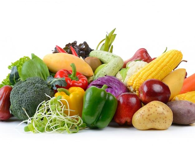 Verdure e frutta su bianco isolate