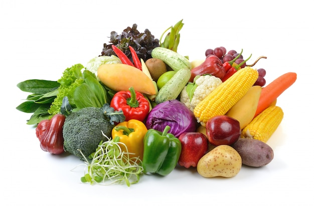 Frutta e verdura su superficie bianca