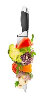 Verdure sul coltello da cucina