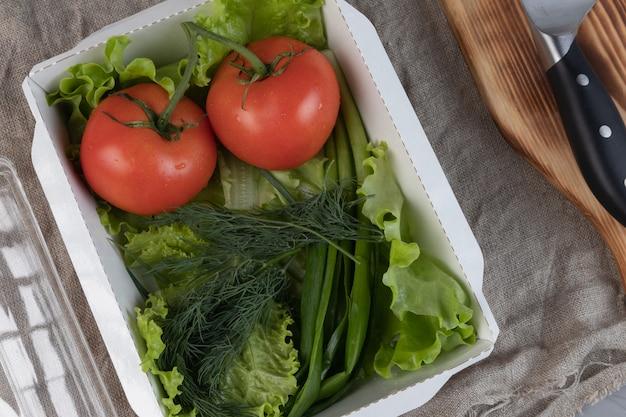 Verdure confezionate in una scatola di carta