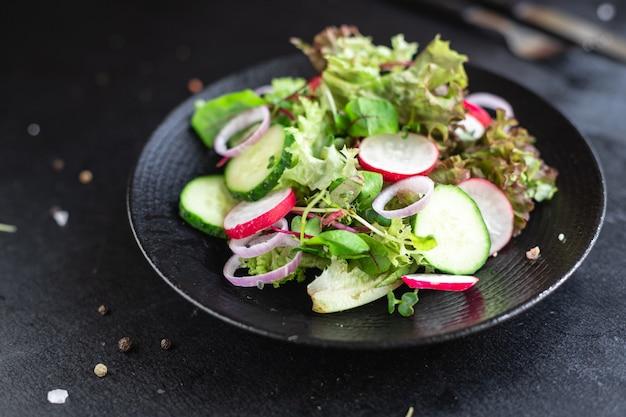 Verdure insalata ravanello cetriolo mix foglie petali pasto spuntino keto o dieta paleo
