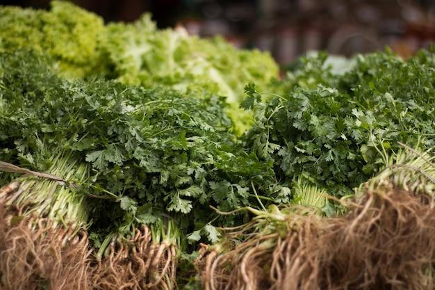 Verdure in vendita presso la popolare fiera.