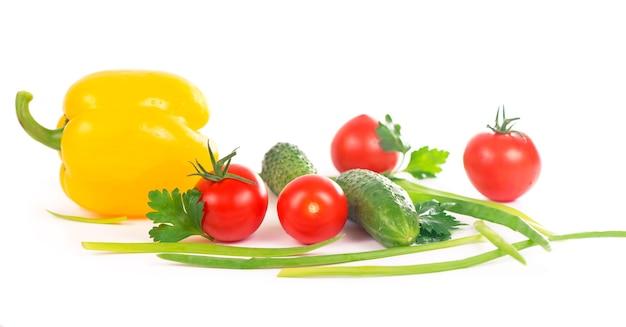 Verdure sullo sfondo bianco - broccoli, pomodori, cetrioli e cipolle verdi. composizione di verdure su fondo bianco
