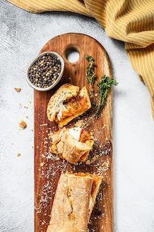 Panino sottomarino vegetariano baguette con melanzane grigliate, pepe e formaggio feta