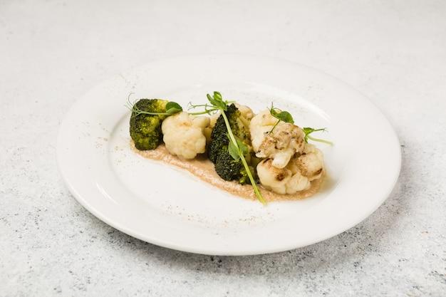 Broccoli vegetariani e cavolfiore con salsa