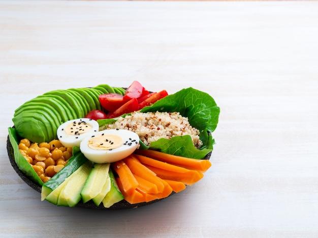 Ciotola del buddha vegetariano, un mix di verdure. avocado, quinoa