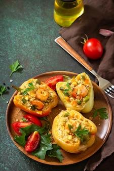 Piatto vegetariano peperoni ripieni di quinoa gamberi e verdure