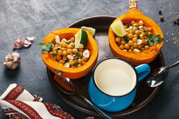 Zucca di hokkaido cibo vegetariano con ceci ed erbe aromatiche