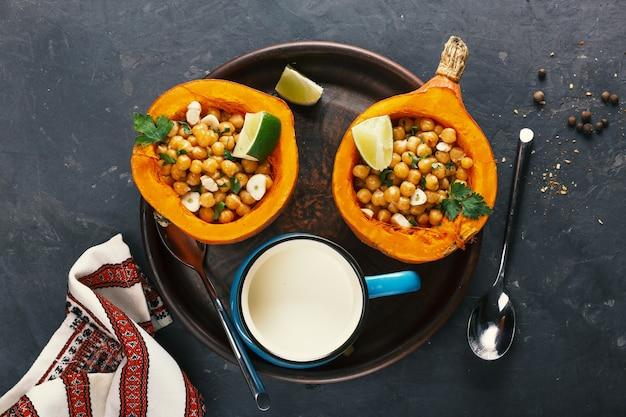 Zucca hokkaido cibo vegetariano con ceci ed erbe aromatiche