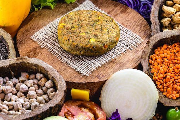 Hamburger vegetariano, a base di soia e cereali, con verdure intorno