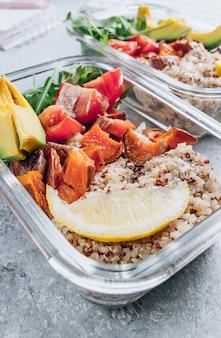 Preparazione di pasti sani vegetariani all'interno di contenitori