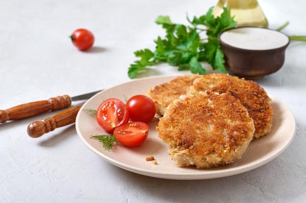 Frittelle vegetariane con cavolo su un piatto con panna acida. menu dietetico.
