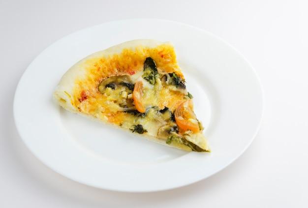 Pizza vegetariana su sfondo bianco 2