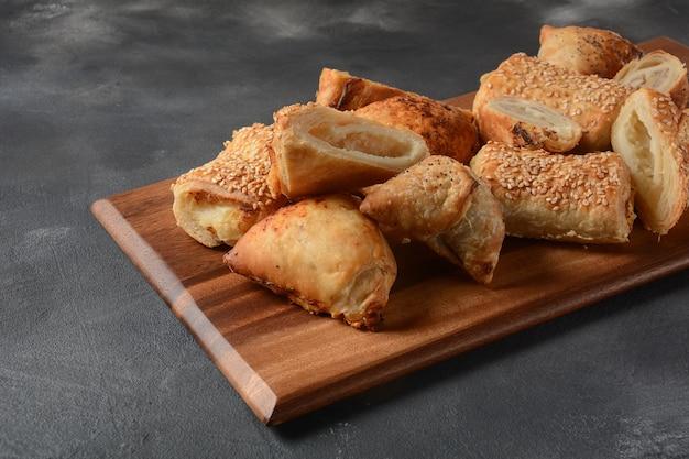Dolci vegetariani di samosa ripieni di patate, funghi, tonno. cibo mediorientale-samsa