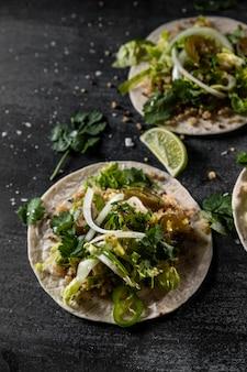 Tacos vegetariani con disposizione di lime