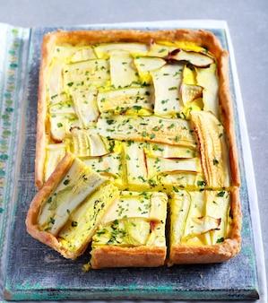 Crostata vegetariana con formaggio e spinaci e cima di zucchine