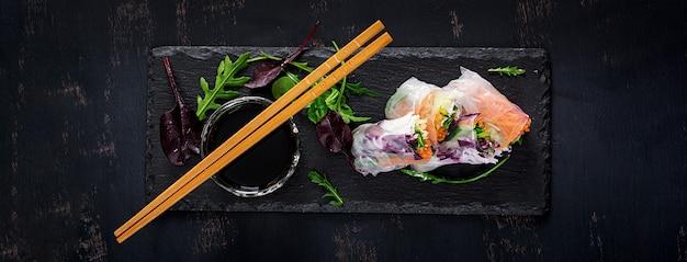 Involtini primavera vietnamiti vegetariani con salsa piccante, carota, cetriolo, cavolo rosso e pasta di riso.