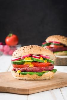 Hamburger vegetariano della barbabietola sulla tavola di legno bianca