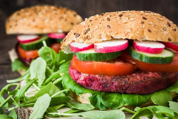 Hamburger della barbabietola della verdura sulla fine di legno della tavola su