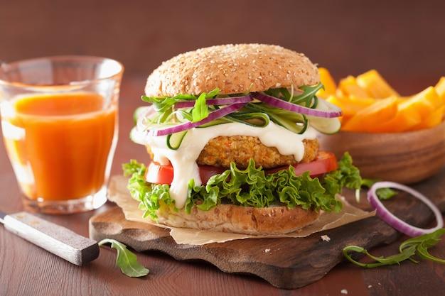 Hamburger di carote e avena di verdure con cipolla di cetriolo