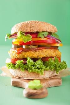 Hamburger di ceci e mais con verdure, pepe, jalapeno e cipolla