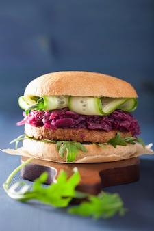 Hamburger di soia vegetariano con cavolo rosso sottaceto, cetriolo e rucola