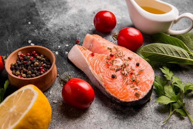 Vista dall'alto di verdure e salmone