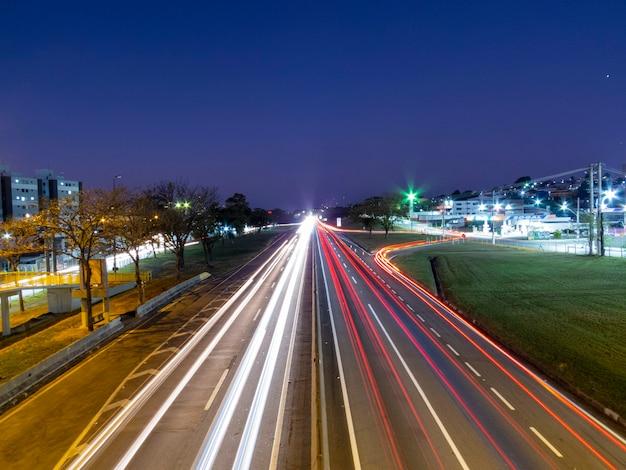 Traffico veicolare sull'autostrada presidente dutra in prima serata.