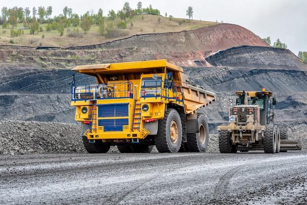 Veicoli in vista miniera di carbone