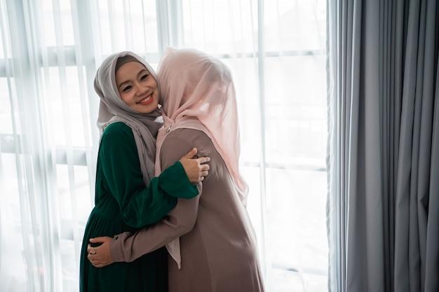 La donna velata abbraccia e bacia sua sorella quando si incontra