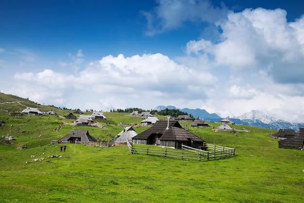 Velika planina o grande altopiano di pascolo nelle alpi di kamnik, slovenia.