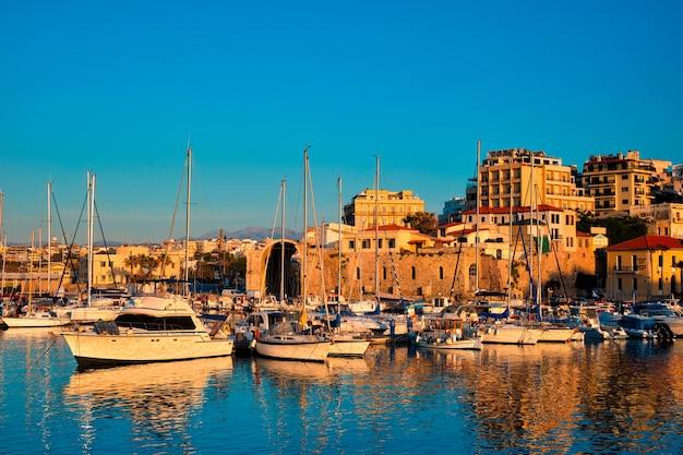 Forte veneziano a heraklion e barche da pesca ormeggiate isola di creta in grecia