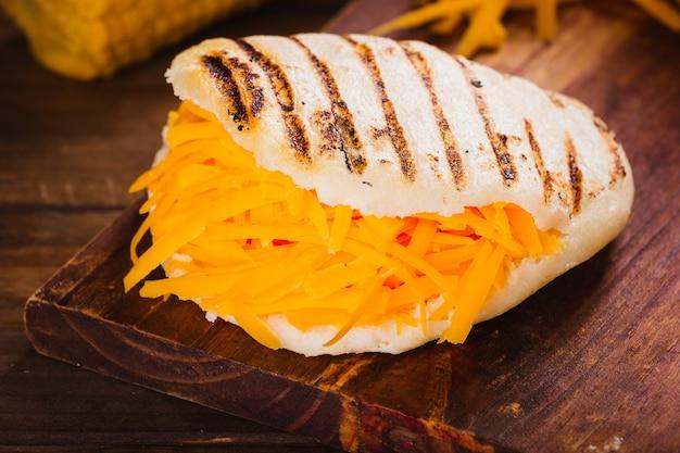 Arepa colazione venezuelana con formaggio giallo
