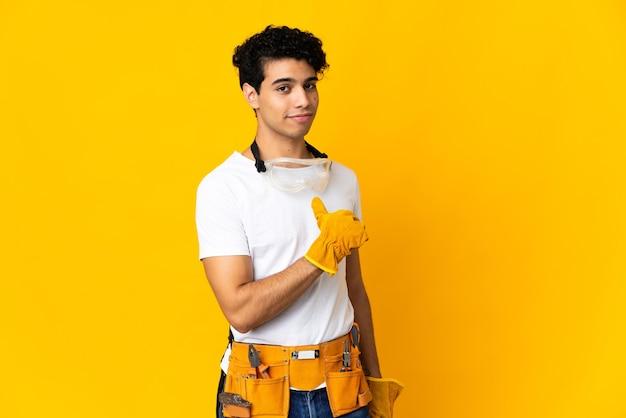 Elettricista venezuelano uomo isolato su sfondo giallo orgoglioso e soddisfatto di sé