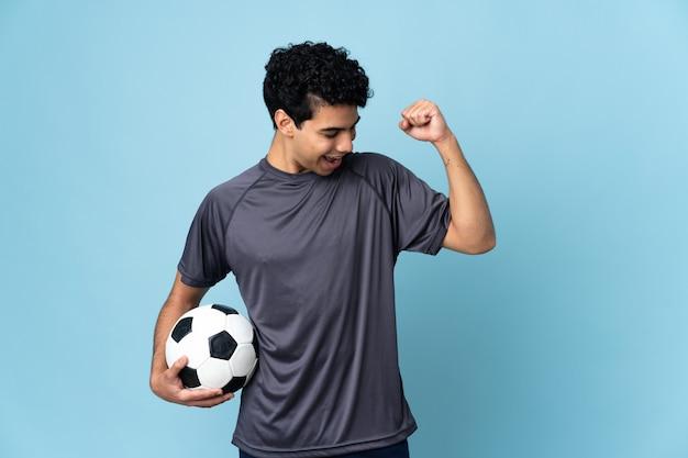 Uomo venezuelano del giocatore di football americano che celebra una vittoria