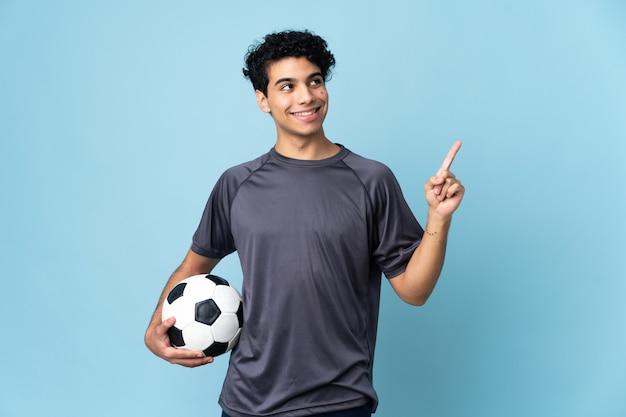 Uomo del giocatore di football venezuelano che indica una grande idea