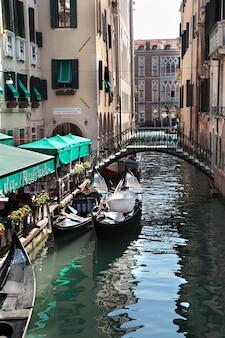 Canale di venezia e ristorante con gondole