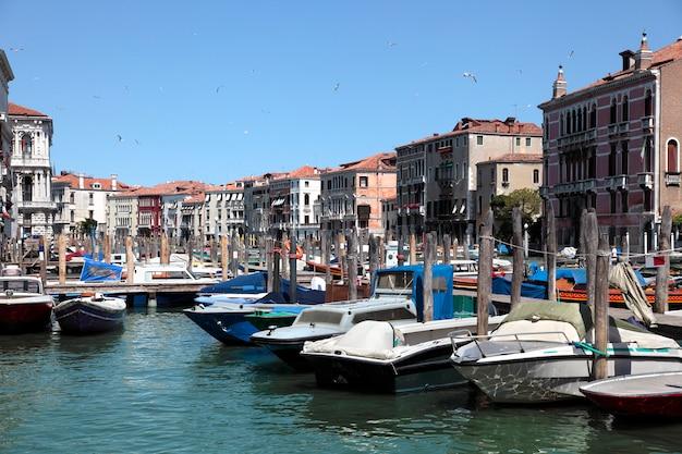 Canale di venezia con barche