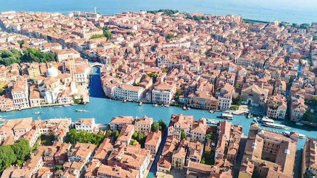 Vista aerea del fuco della città grand canal e delle case di venezia, paesaggio urbano dell'isola di venezia e laguna veneziana da sopra, l'italia