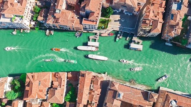 Vista aerea della città grand canal e delle case di venezia, paesaggio urbano dell'isola di venezia e laguna veneziana da sopra, l'italia