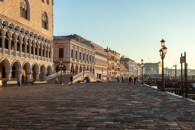 Venezia, italia - 14.03.2019: bella vista di venezia al mattino. alba a venezia.
