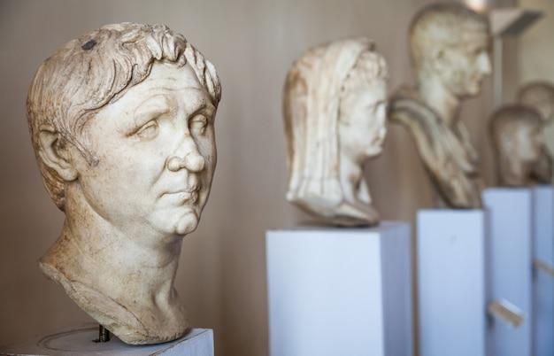Venezia, italia - 27 giugno 2016: dettaglio delle statue nel museo di palazzo ducale