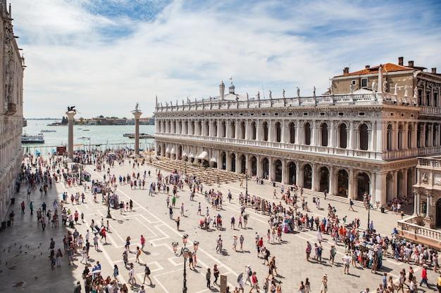Punto di riferimento di venezia. vista dal mare di piazza san marco o piazza san marco, campanile e palazzo ducale o ducale