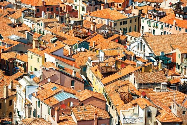 Tetti di venezia dall'alto. veduta aerea di case, mare e palazzi dalla torre san marco