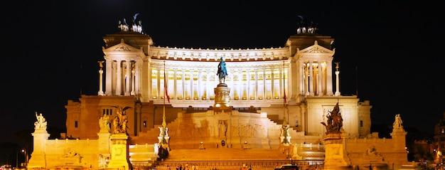 Piazza venezia a roma e il monumento a vittorio emanuele. vista notturna. italia