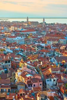 Venezia al tramonto, italia. vista panoramica della città vecchia con tetti di tegole dall'alto, paesaggio urbano