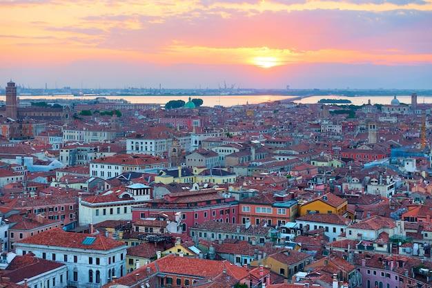 Venezia al tramonto, italia. vista panoramica dall'alto, panorama della città