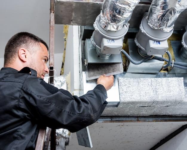 Pulizia della ventilazione. specialista al lavoro. riparare il sistema di ventilazione