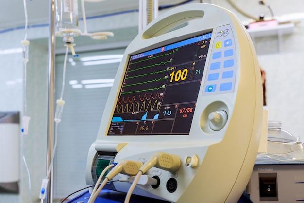 Apparecchiature di ventilazione da vicino il monitor di immagine del dispositivo del computer in sala operatoria di terapia intensiva